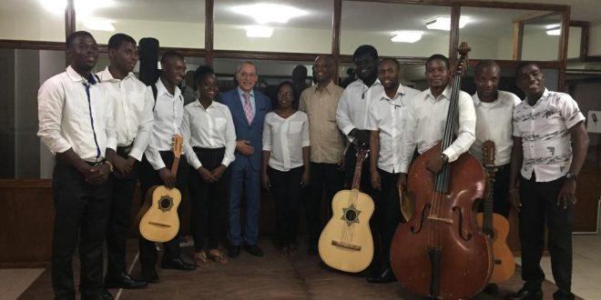 L'Ambassade du Mexique en Haïti / Bientôt le 90eme anniversaire des relations bilatérales entre les deux peuples : Remise des instruments de musique au groupe Mariachi haïtien
